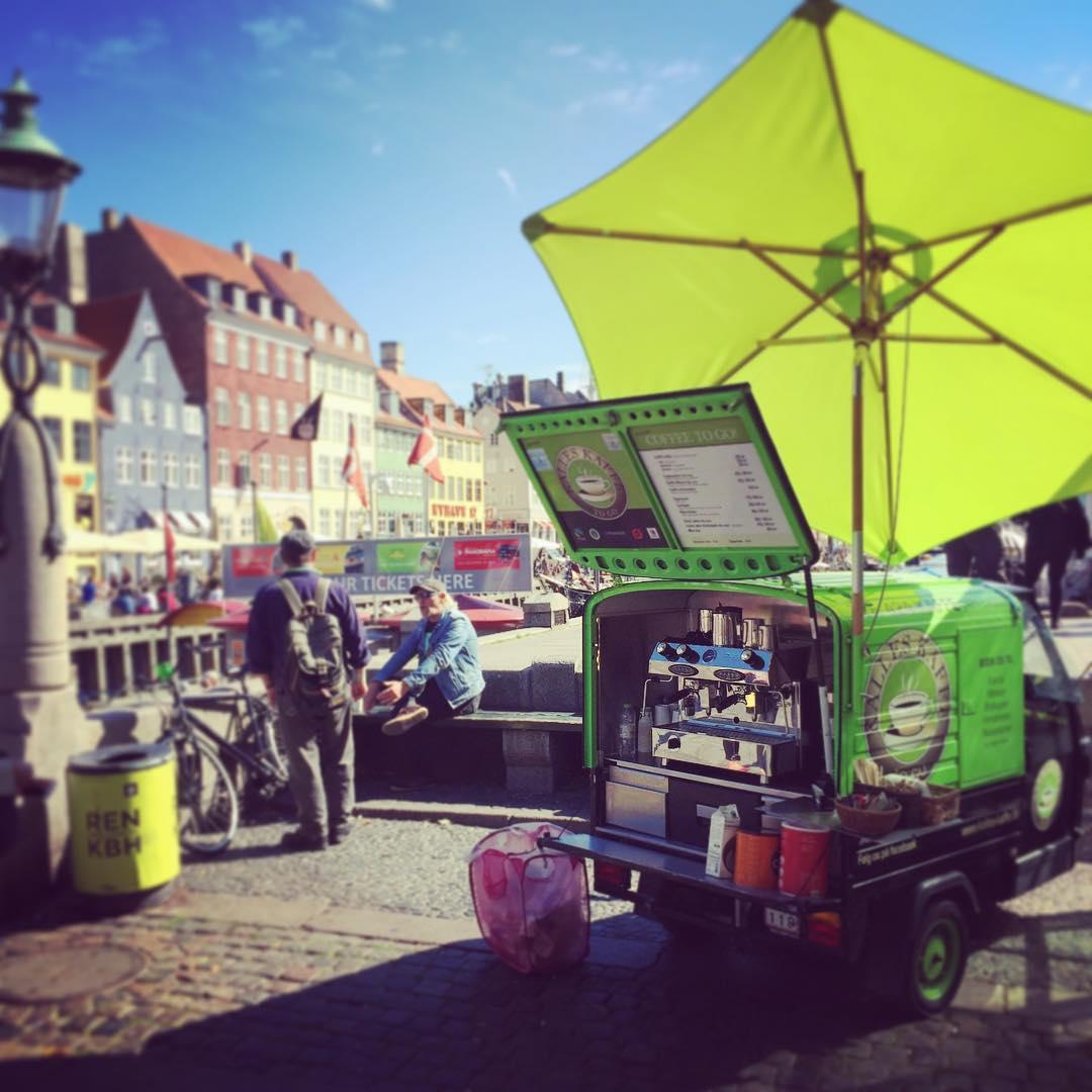 Kaffeknallert i formiddagssolen ved Nyhavn - Kalles Kaffe