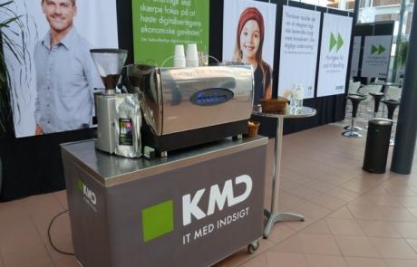 Barista kaffe fra rullebar med KMD branding - Kalles Kaffe