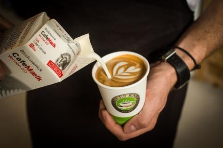 Naturmælks baristamælk bliver hældt i en caffe latte - Kalles Kaffe