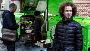 CEO Jacob (Kalle) Karlsen in front of two coffee mopeds - Kalles Kaffe