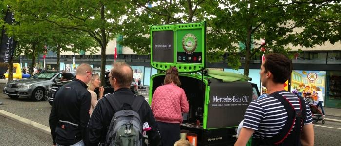 Barista servere kaffe fra Mercedes-Benz brandet kaffeknallert - Kalles Kaffe