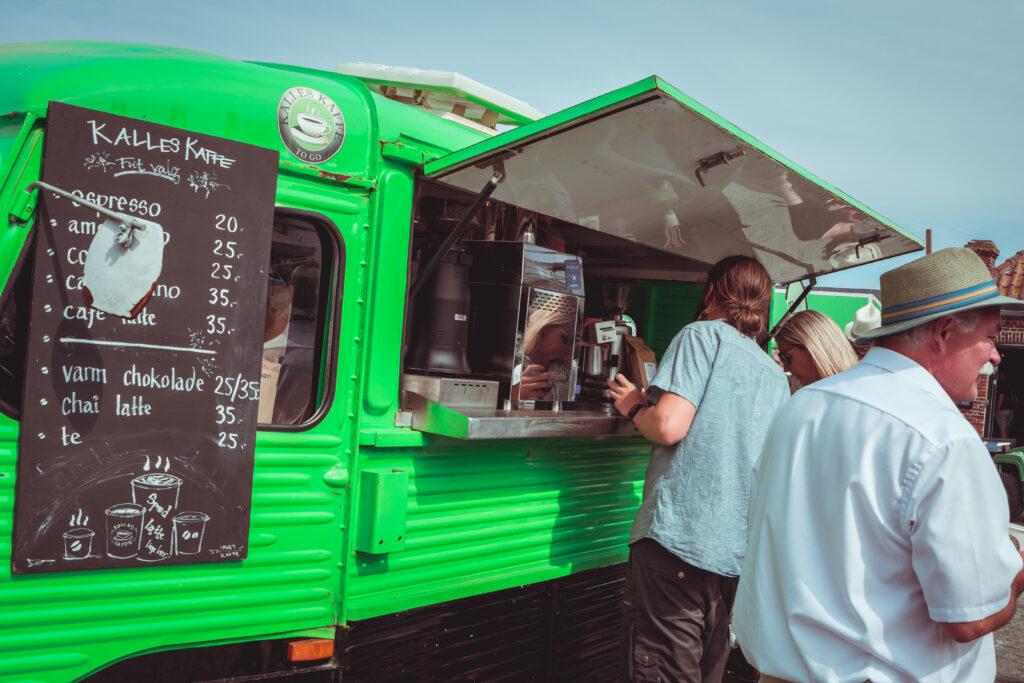 Grøn hy-van der sælger kaffe