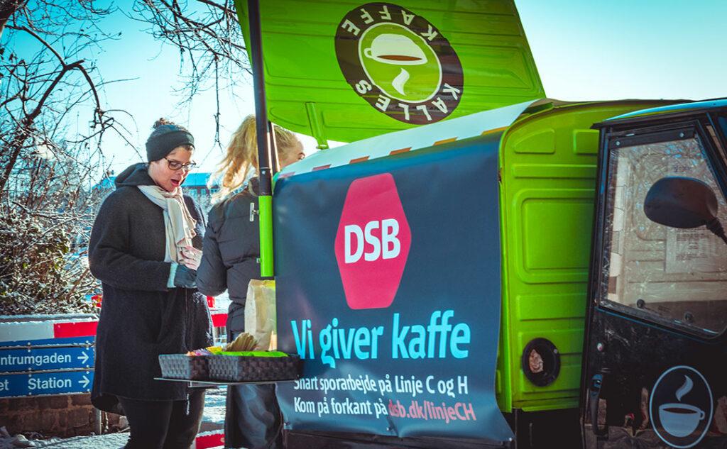 Gratis kaffe til DSB kunder. Grøn knallert med DSB banner