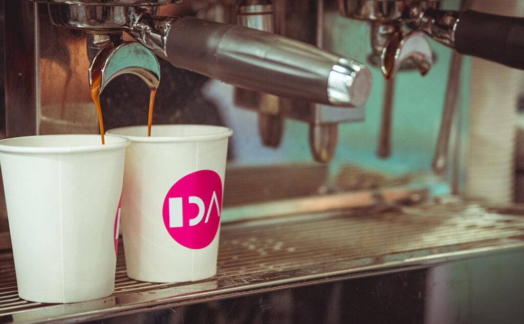 espresso der løber ned i IDA kopper