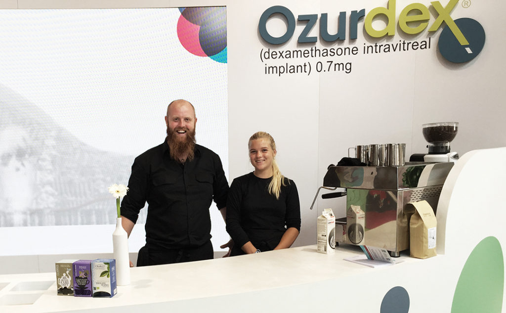 Kaffe på messestand for Ozurdex - to glade baristaer